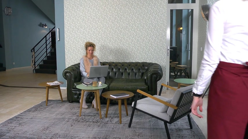kötény : Waitress serving a customer in a coffee bar