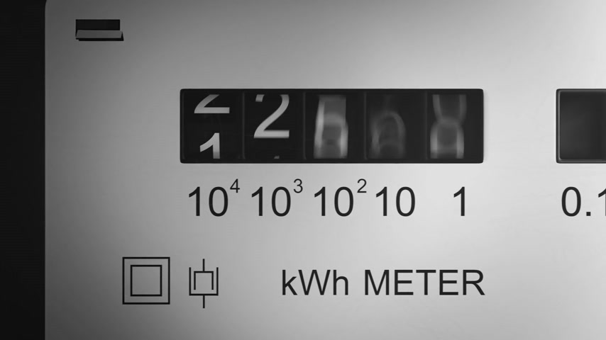 электричество : Analog electricity meter with transparent plactic case showing household consumption in kilowatt hours. Electric power usage. Стоковые видеозаписи