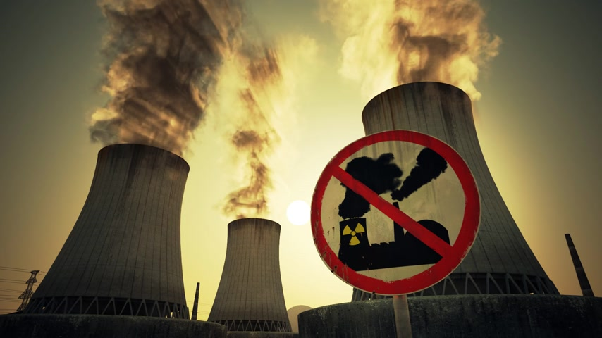 výfuk : Nuclear power plant antinuclear sign mounted at the foot of three large tall cement chimneys exhausting smoke and fumes into the atmosphere, Sunset.