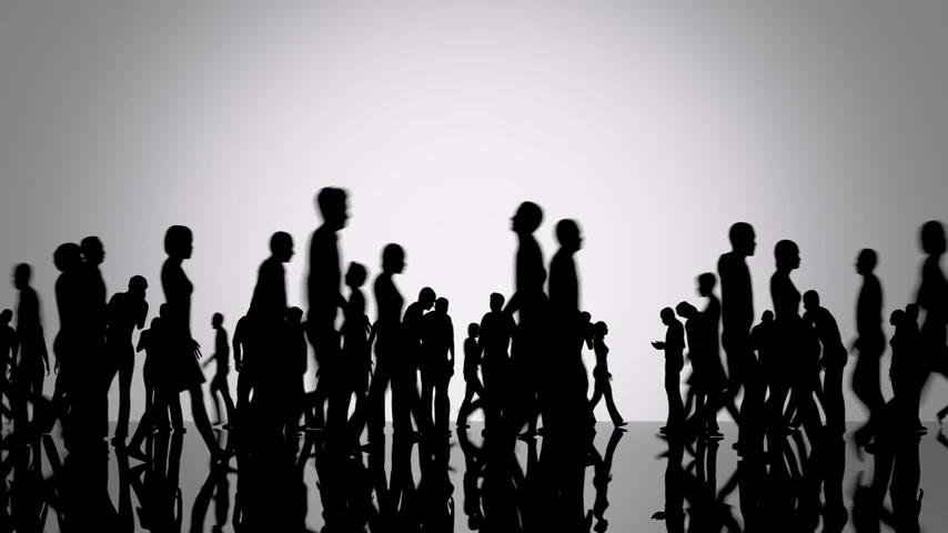 sylwetka : Silhouettes of a crowd of people walking on a reflective black surface past a bright background Wideo