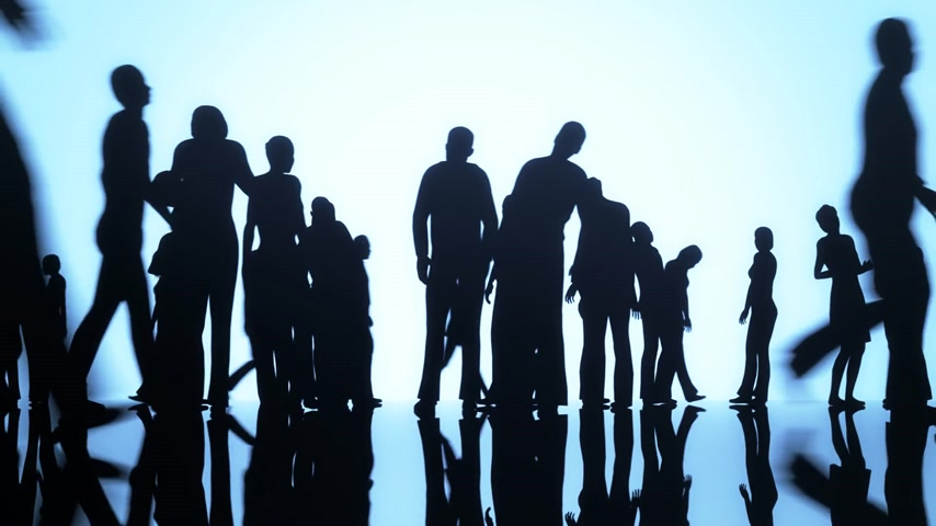 население : Silhouettes of a crowd of people walking on a reflective surface past a bright background Стоковые видеозаписи