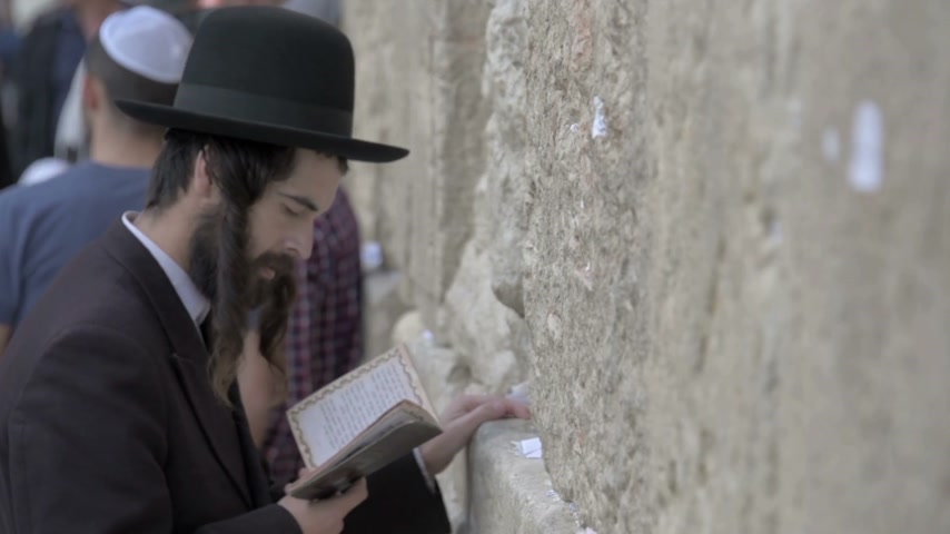 zeď : Orthodox jews praying in the Western Wall. Jerusalem. Israel. Slow motion