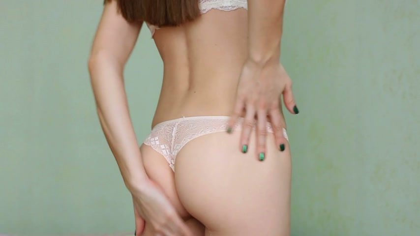calcinhas : Woman applying moisturizer cream on her buttocks