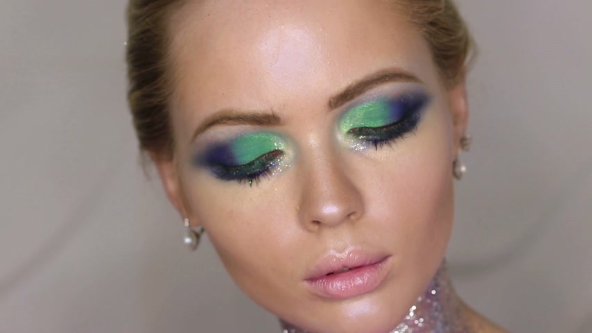 portre : Fashion makeup. Woman with colorful makeup and body art