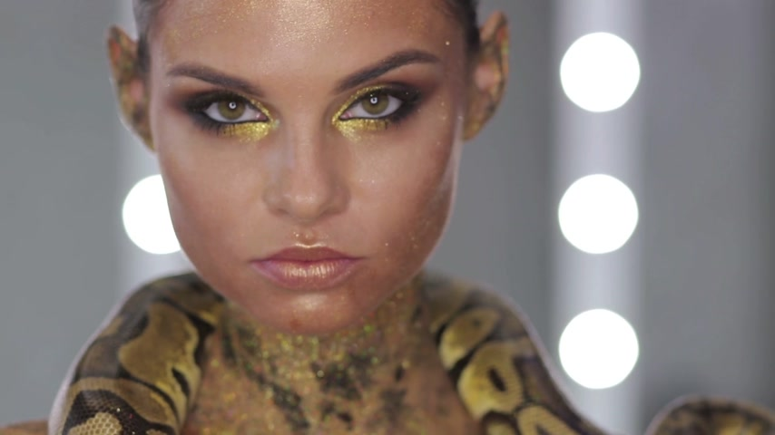 tentação : Woman with body art holding snake