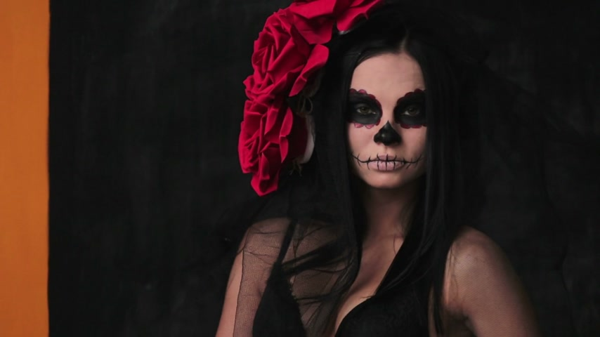 mexicano : Slender girl in a translucent shawl, body art skeleton for Halloween Vídeos