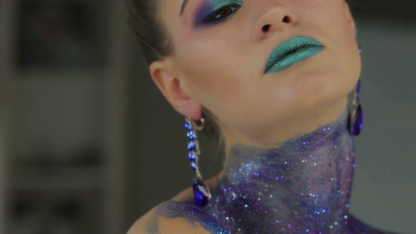 artistas : Fashion makeup. Woman with colorful makeup and body art