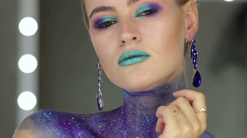 鮮やか : Fashion makeup. Woman with colorful makeup and body art