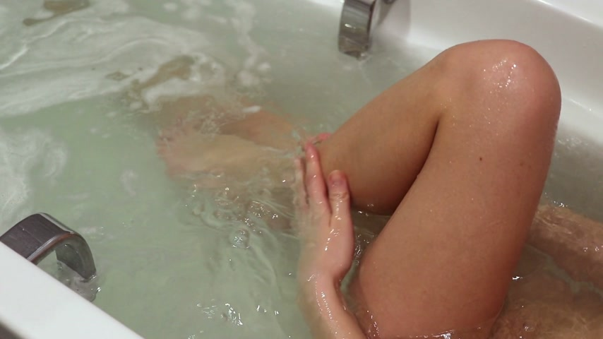bain : Girl taking a bath Vidéos Libres De Droits