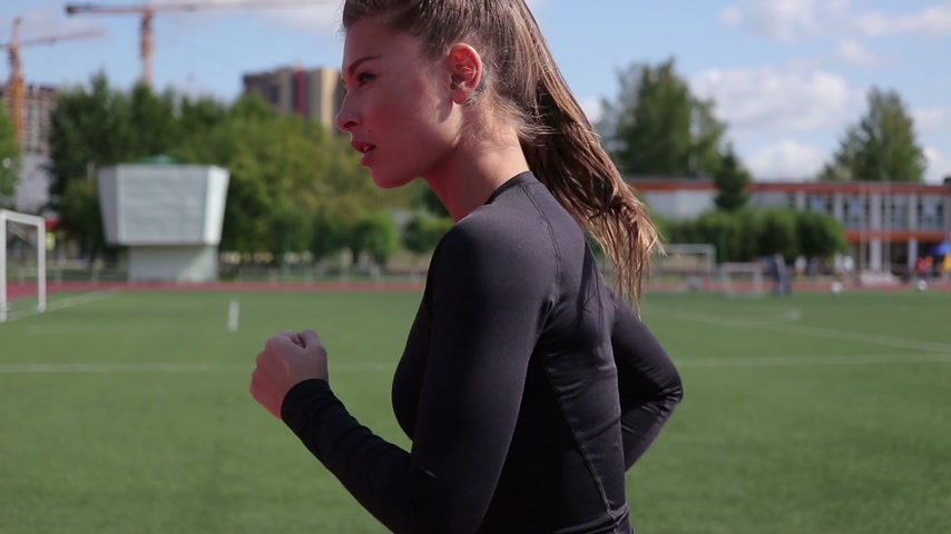 kardio : Slim woman running in city stadium Dostupné videozáznamy
