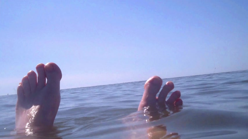 su üzerinde ufuk : Bathing Feet