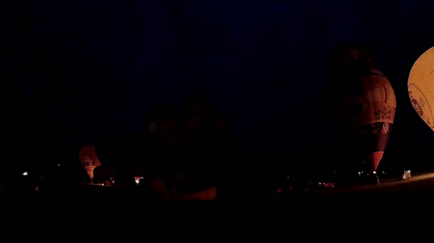 bas nylons : KIEL, ALLEMAGNE - JUNI 22, 2016: Glowing Hot Air Balloons in the Night Glow sur le 10. International Balloon Sail à Kiel, en Allemagne.