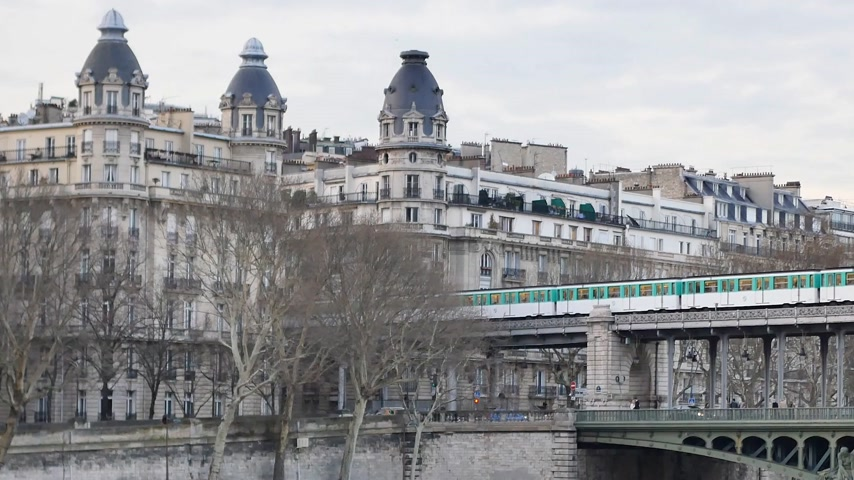 bir hakeim bridge : Cinemagraph - metro in Paris. Cinemagraphs are still photographs in which a minor and repeated movement occurs. This is a cinemagraph shot in Paris (bir-hakeim).