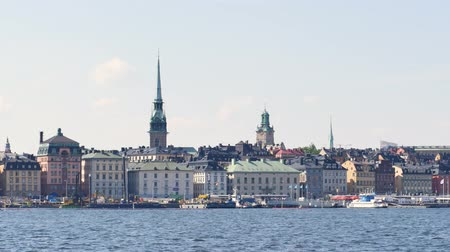 İsveççe : Swedish capital, Stockholm. Old buildings on a small island. A few clouds in the sky. Stok Video