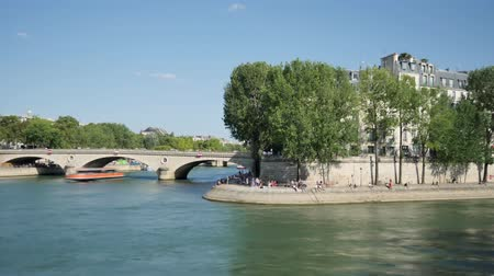 perçin : Time lapse in Paris. St. Louis Island. Tourists and Parisians enjoy the summer. Boats pass over the Seine and vehicles on the Louis-Philippe bridge. Stok Video