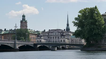 İsveççe : Time lapse in the Swedish capital, Stockholm. Old buildings on a small island. A few clouds in the sky. Stok Video