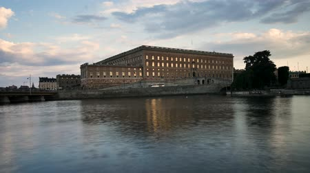 estocolmo : Time lapse in the Swedish capital, Stockholm. This is the royal palace in front of the sea. It is briefly illuminated by the sun.