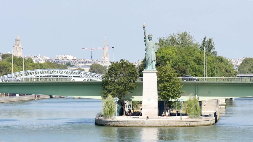 grenelle : Paris, summer. The Statue of Liberty (smaller than New Yorks one) is located in front of the Grenelle Bridge, at the end of the Swan Island (Parisian Island). Filmed with a long focal length. Stock Footage