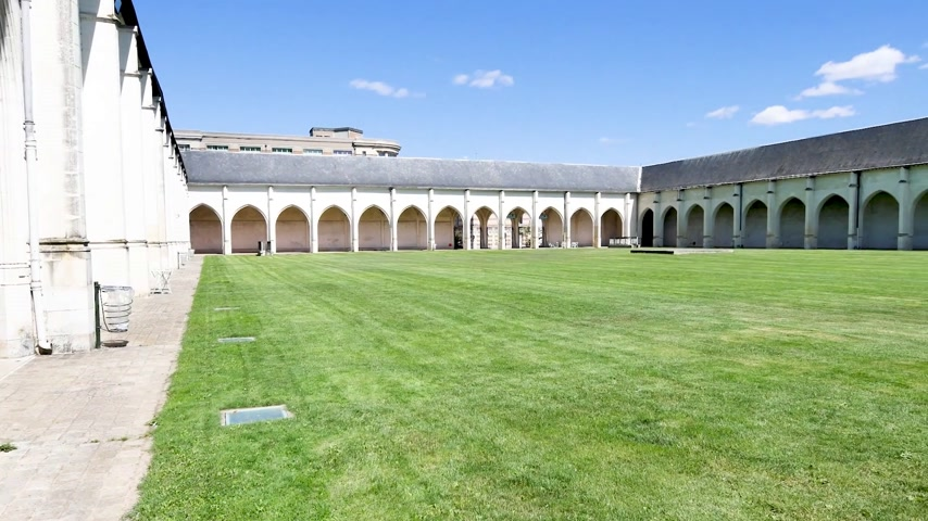 Next to the cathedral of Orleans, in French town, there is a cloister called Campo Santo. It is a green space in the heart of a historical monument dating from the 12th century. Стоковые видеозаписи