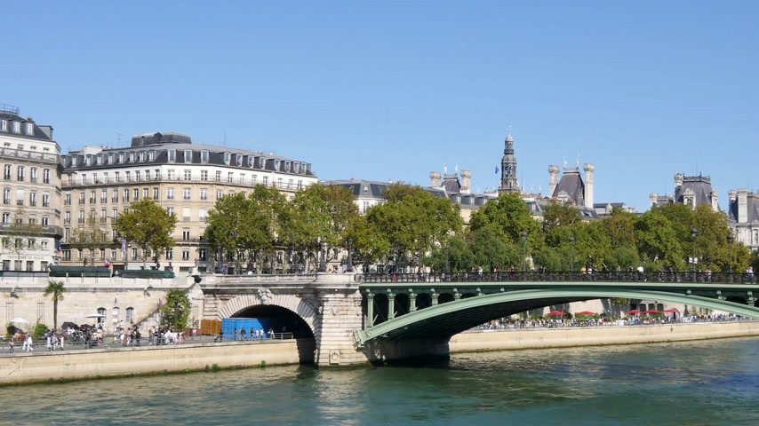 szegecs : In Paris, view on the event Paris Beach (beach in Paris) which takes place in the summer, on the quays of the Seine. In the background is the city hall of the French capital.