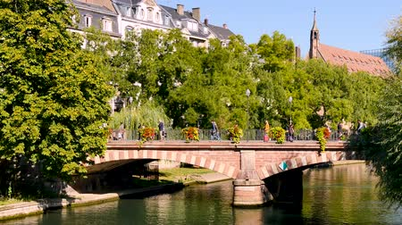 szegecs : The Ill River flows through the city of Strasbourg, around the Big Island where the historic district is located. Strasbourg is a city in eastern France. Filmed during the fall of 2018. Stock mozgókép