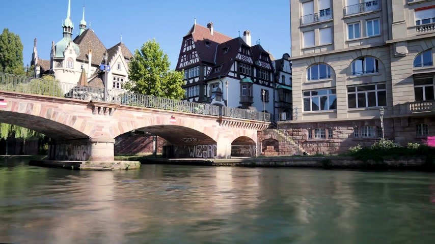 perçin : Time lapse of the river in the old district of Strasbourg, France. Each frame is a long exposure. Filmed in October 2018, during the autumn.
