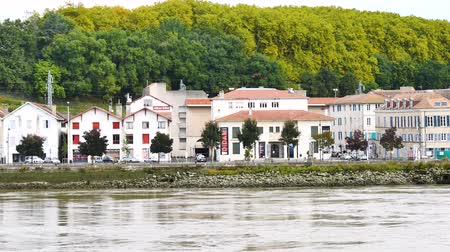 Байон : Panorama of the River Adour in Bayonne, Atlantic Pyrenees in southwestern France. View on the banks of the river.