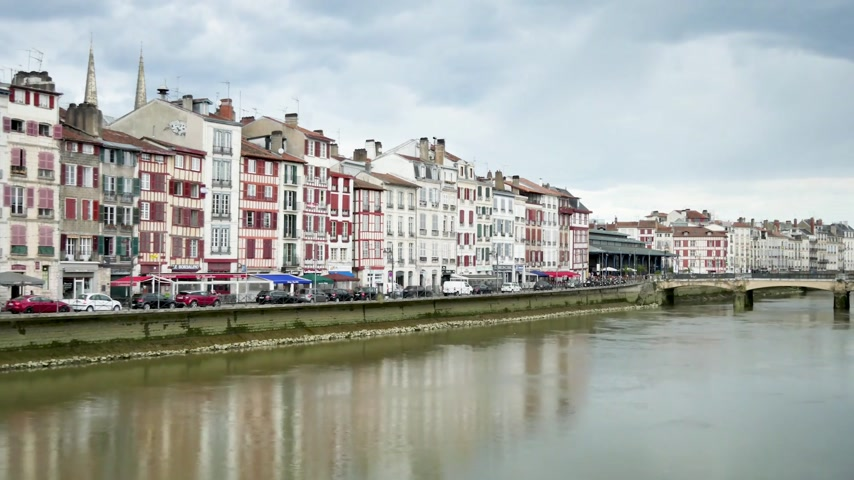 Байон : Time lapse in Bayonne, a city in southwestern France. View on the river where the crosses the city. There are typical half-timbered houses. Filmed in October 2018. Cloudy sky. Стоковые видеозаписи