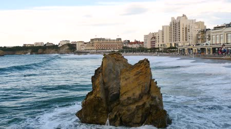 The Big Beach, the largest beach in Biarritz. It is a city on the Bay of Biscay, on the Atlantic coast in the Pyr?n?es-Atlantiques in Southwestern France. Big waves. Filmed in October 2018. Стоковые видеозаписи
