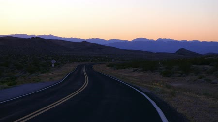 osamělost : Empty road to the Grand Canyon in the Arizona desert.