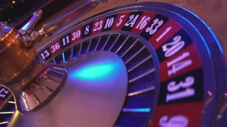 рулетка : Turning Roulette Wheel in a casino - perspective view