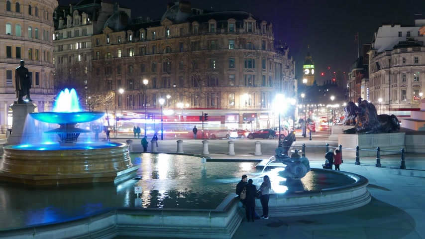 büyük britanya : The fountains at Trafalgar Square London by night - time lapse shot Stok Video