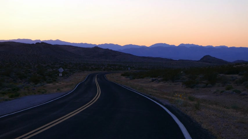 maravilhoso : Empty road in the desert of Nevada in the evening.