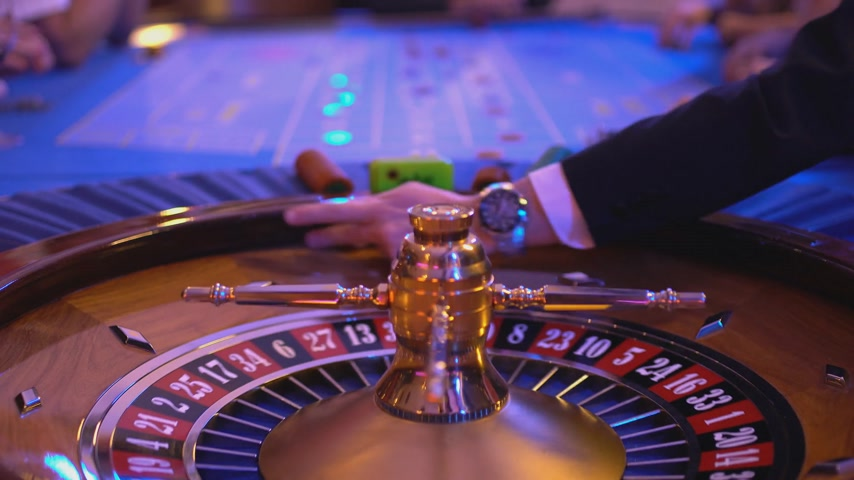 sprzedawca : Roulette table in a casino - full roulette game - ball lands on field 2 black