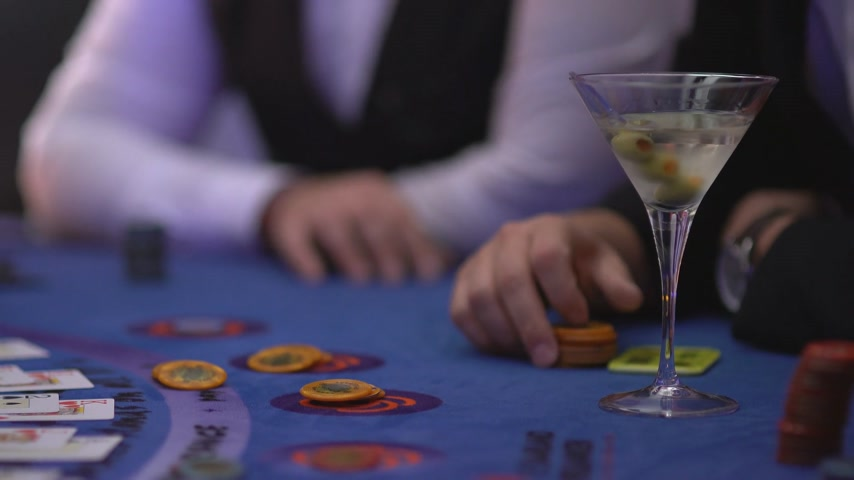 patins : Gambling blackjack in a casino - Gambler asking for cards - James Bond style