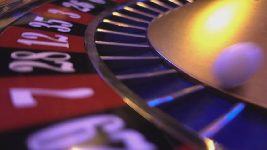 ruleta : Rueda de ruleta en un casino - extrema de cerca Archivo de Video