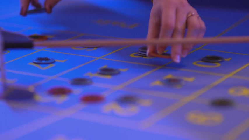patins : Roulette table in a casino - putting gaming chips on table