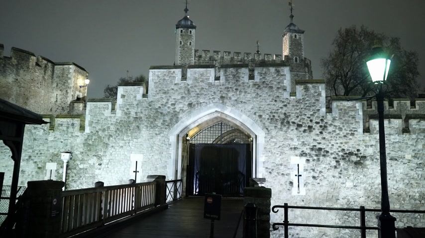 in : Entrance to the Tower of London by night - LONDON, ENGLAND