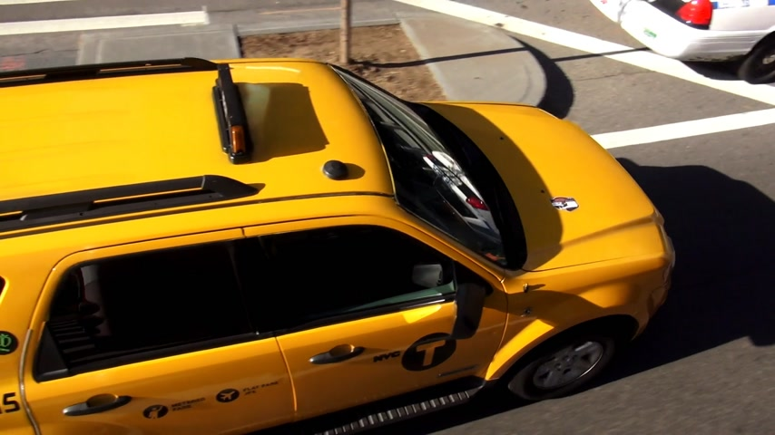 descobrir : Yellow Cab driving in Manhattan New York
