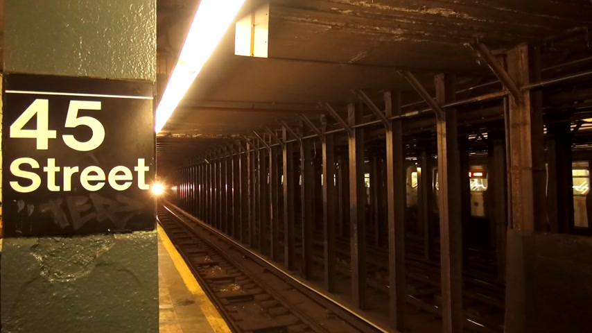 descobrir : 45 Street New York Subway station Train arriving