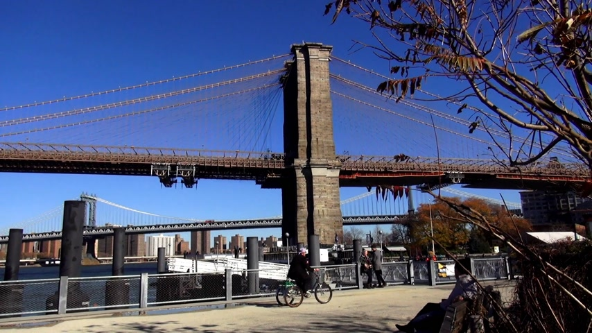 descobrir : Brooklyn Bridge on a sunny day