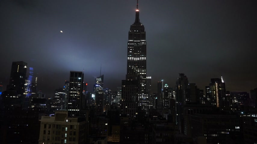 descobrir : The Empire State building in the dark amazing night view - MANHATTAN, NEW YORK  USA April 25, 2015 Stock Footage