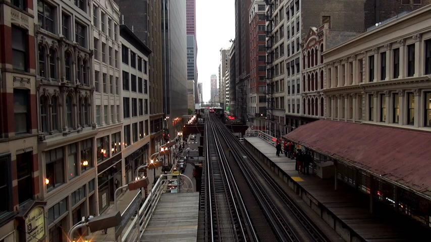 geográfico : Chicago Metro station subway station between buildings - CHICAGO, ILLINOIS  USA Stock Footage