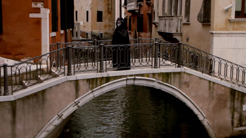 veneza : Masked lady on bridge - Venice, Venezia