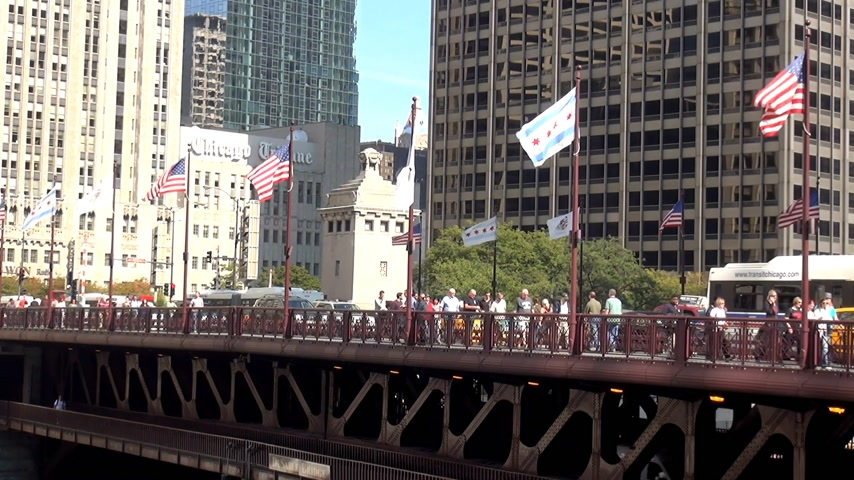geográfico : You Sable Bridge Chicago on Michigan Ave - CHICAGO, ILLINOIS  USA Stock Footage