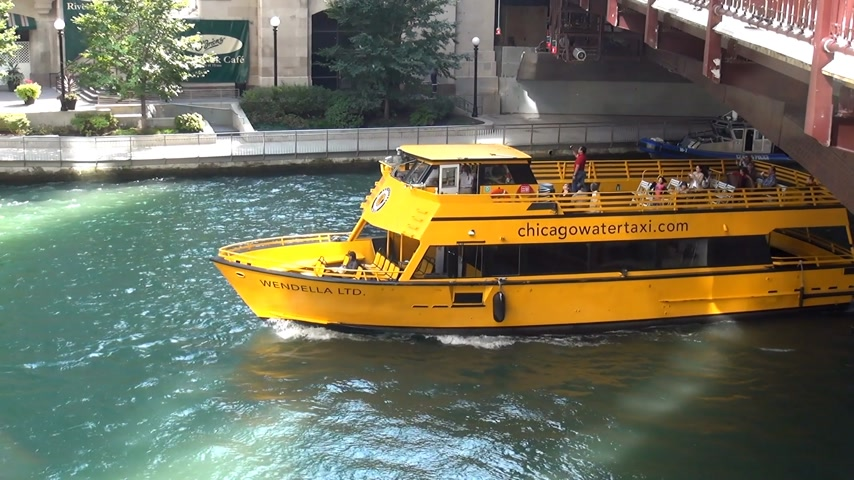 geográfico : Water Taxi on Chicago River - CHICAGO, ILLINOIS  USA