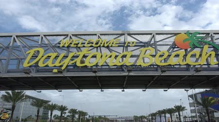 espetacular : Welcome to Daytona Beach sign on International Speedway Blvd. Stock Footage