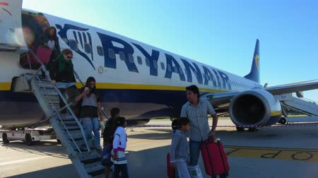 брезент : Ryanair aircraft - people arriving at airport