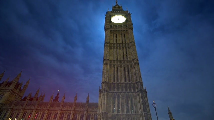 tocht : De beroemde Queen Elizabeth Tower Big Ben 's nachts - time-lapse