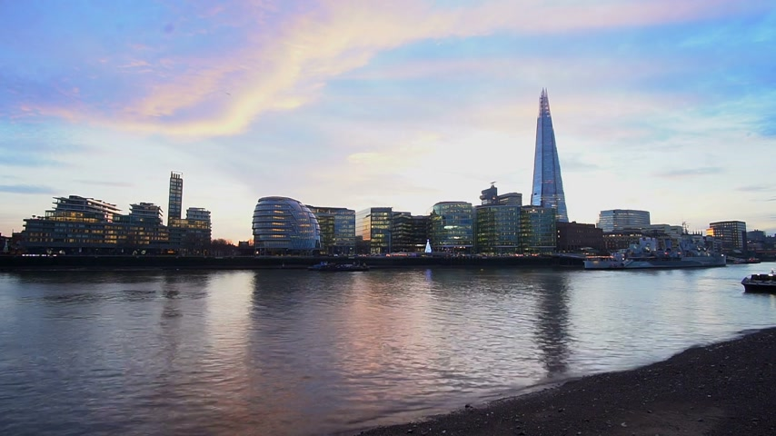 londyn : The skyline of London with Shard Tower in the evening - time lapse shot